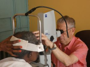 Exploracion de enfermos en St Louise Eye Clinic 2018